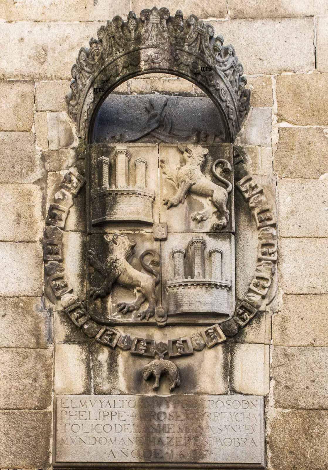 Gran escudo del rey Felipe IV situado en la portada de la carcel  antigua Plasencia