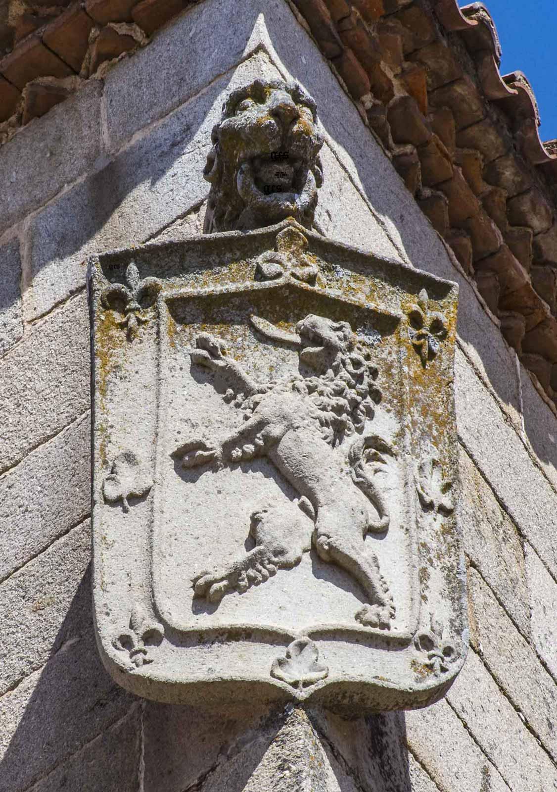 casa de las Argollas Escudo Nieto en una de las esquinas de la torre