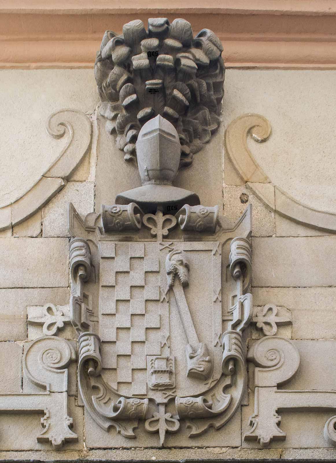 escudo Quijada Almaraz en la calle del Rey