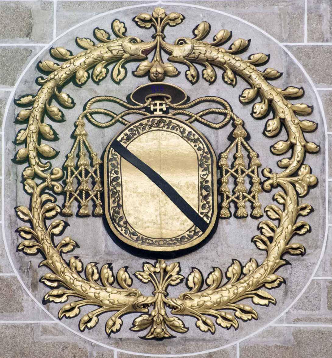 Escudo del Cardenal Bernardino de Carvajal en la derecha de la nave principal