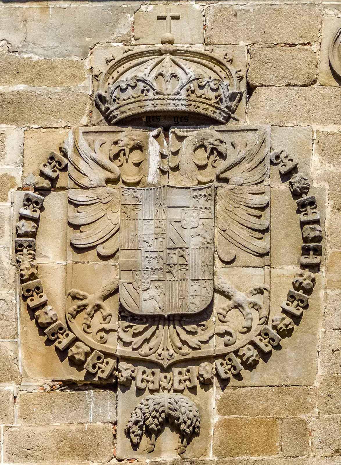 Armas del Emperador Carlos V situado en la fachada del enlosado