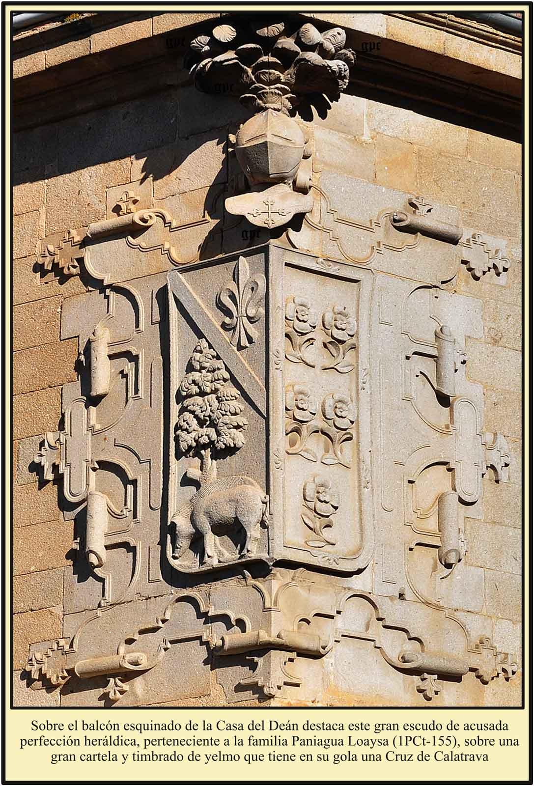 Plasencia Escudo de los Paniagua Loaysa sobre un balcon esquinado Plaza de la Catedral