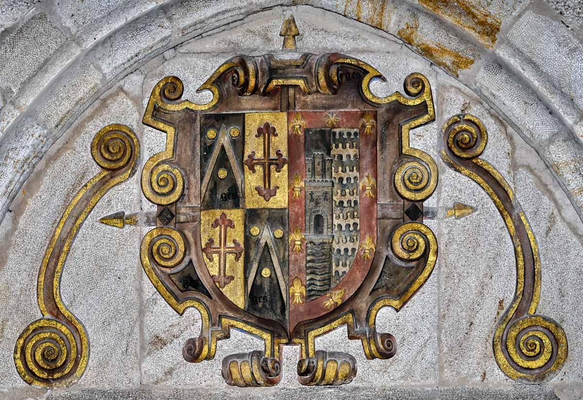 Escudo policromado en la Iglesia de San Nicolas Plasencia